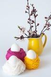 Oeufs de pâques décoratifs et un groupe Photos stock