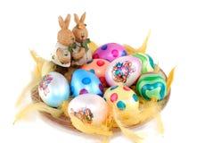 Oeufs de pâques décoratifs peints colorés Photo stock