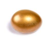 Oeufs de pâques d'or sur le blanc images stock