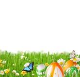 Oeufs de pâques dans l'herbe image stock