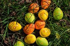 Oeufs de pâques dans l'herbe Photographie stock