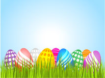 Oeufs de pâques dans l'herbe illustration libre de droits