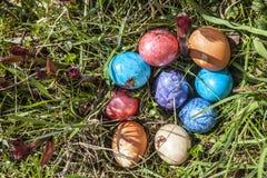 Oeufs de pâques dans l'herbe verte Photos libres de droits