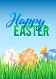 Oeufs de pâques dans l'herbe verte fraîche Oeufs de pâques décorés dans l'herbe sur le fond de ciel Affiche heureuse de calligrap Image libre de droits