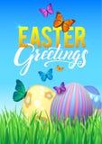 Oeufs de pâques dans l'herbe verte fraîche Oeufs de pâques décorés dans l'herbe sur le fond de ciel Affiche heureuse de calligrap Photos stock