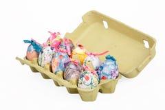 Oeufs de pâques dans la boîte à oeufs Photographie stock libre de droits