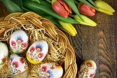 Oeufs de pâques dans la décoration fabriquée à la main de decoupage Image libre de droits