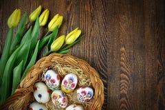 Oeufs de pâques dans la décoration fabriquée à la main de decoupage Conception polonaise Photographie stock