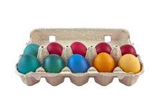 Oeufs de pâques dans le carton d'oeufs Images stock