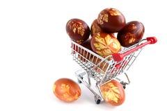 Oeufs de pâques dans le chariot à achats Image stock