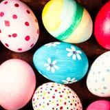 Oeufs de pâques dans le nid sur les planches en bois rustiques avec le copyspace Happ Photographie stock