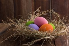 Oeufs de pâques dans le nid sur le vieux fond en bois Photos stock