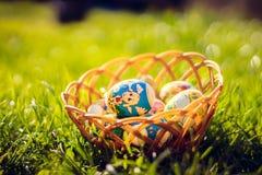 Oeufs de pâques dans le panier Photo libre de droits
