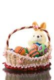 Oeufs de pâques dans le panier avec le gros lapin rond Photos stock