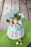 Oeufs de pâques dans le panier blanc Photographie stock libre de droits