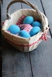 Oeufs de pâques dans le panier Décoration traditionnelle Image libre de droits