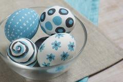 Oeufs de pâques dans un bol en verre Images libres de droits