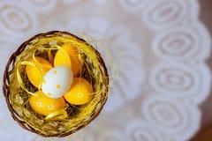 Oeufs de pâques dans un nid sur un fond blanc du napperon blanc de dentelle Décorations de fête Vue supérieure avec la place pour image stock
