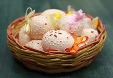 Oeufs de pâques dans un panier Photos libres de droits