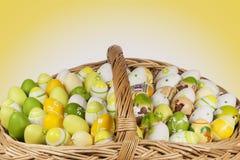 Oeufs de pâques dans un panier Images libres de droits