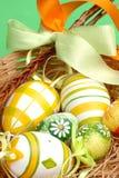 Oeufs de pâques dans un panier photographie stock libre de droits