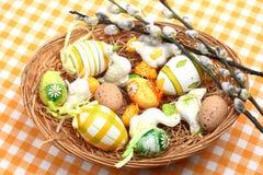 Oeufs de pâques dans un panier Photo libre de droits