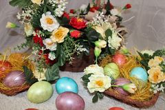 Oeufs de pâques dans un panier Image libre de droits
