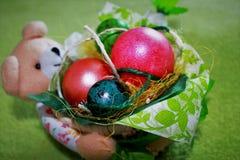 Oeufs de pâques dans un panier Photo stock