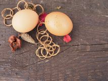 Oeufs de p?ques dans un panier avec des d?corations sur la table image stock