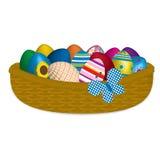 Oeufs de pâques dans un panier en osier Photos libres de droits