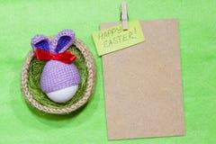 Oeufs de pâques dans un panier Oeuf dans le chapeau de lapin de Pâques Images stock