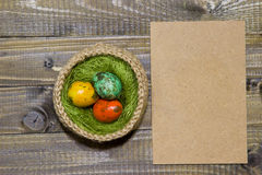 Oeufs de pâques dans un panier Oeufs de caille peints Photographie stock libre de droits
