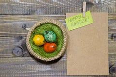 Oeufs de pâques dans un panier Oeufs de caille peints Image stock