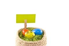 Oeufs de pâques dans un panier Oeufs de caille peints Panier tricoté de ju Photos libres de droits