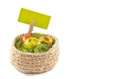 Oeufs de pâques dans un panier Oeufs de caille peints Panier tricoté de ju Photographie stock libre de droits