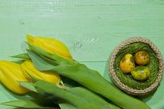 Oeufs de pâques dans un panier Oeufs de caille peints Un bouquet de jaune Image libre de droits