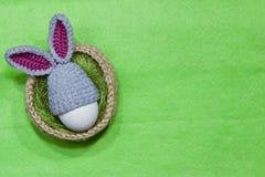 Oeufs de pâques dans un panier Panier tricoté de jute, vert de sisal Photographie stock libre de droits