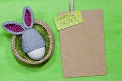 Oeufs de pâques dans un panier Panier tricoté de jute, vert de sisal Images stock