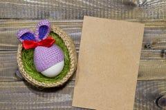 Oeufs de pâques dans un panier Panier tricoté de jute, vert de sisal E Photos libres de droits