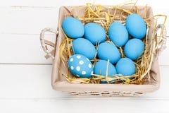 Oeufs de pâques dans un panier sur le fond en bois rustique, image de foyer sélectif, Joyeuses Pâques Photographie stock libre de droits