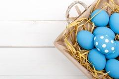 Oeufs de pâques dans un panier sur le fond en bois rustique, image de foyer sélectif, Joyeuses Pâques Photo libre de droits