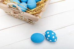 Oeufs de pâques dans un panier sur le fond en bois rustique, image de foyer sélectif, Joyeuses Pâques Photographie stock