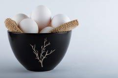 Oeufs de pâques dans une cuvette noire Photo stock