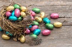 Oeufs de pâques de chocolat dans la vie de fête de nid toujours photographie stock