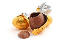 Oeufs de pâques de chocolat sur le fond blanc Image libre de droits