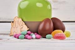 Oeufs de pâques de chocolat, surface en bois Photo libre de droits