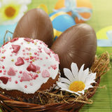 Oeufs de pâques de gâteau et de chocolat de Pâques Images stock