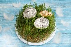 Oeufs de pâques de griffonnage et lapins peints de Pâques sur l'herbe verte Photo libre de droits