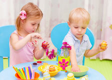 Oeufs de pâques de peinture d'enfants Photographie stock libre de droits
