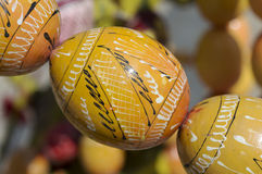 Oeufs de pâques en bois jaunes au-dessus de fond brouillé Photographie stock libre de droits